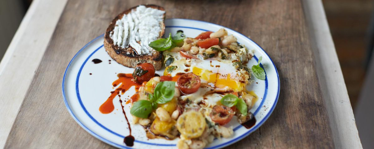 #JamiesSuperFood #recipeoftheday Baked eggs in popped beans with tomatoes & ricotta on toast http://t.co/bcmNccoyo6 http://t.co/Ys8bq0hp7i