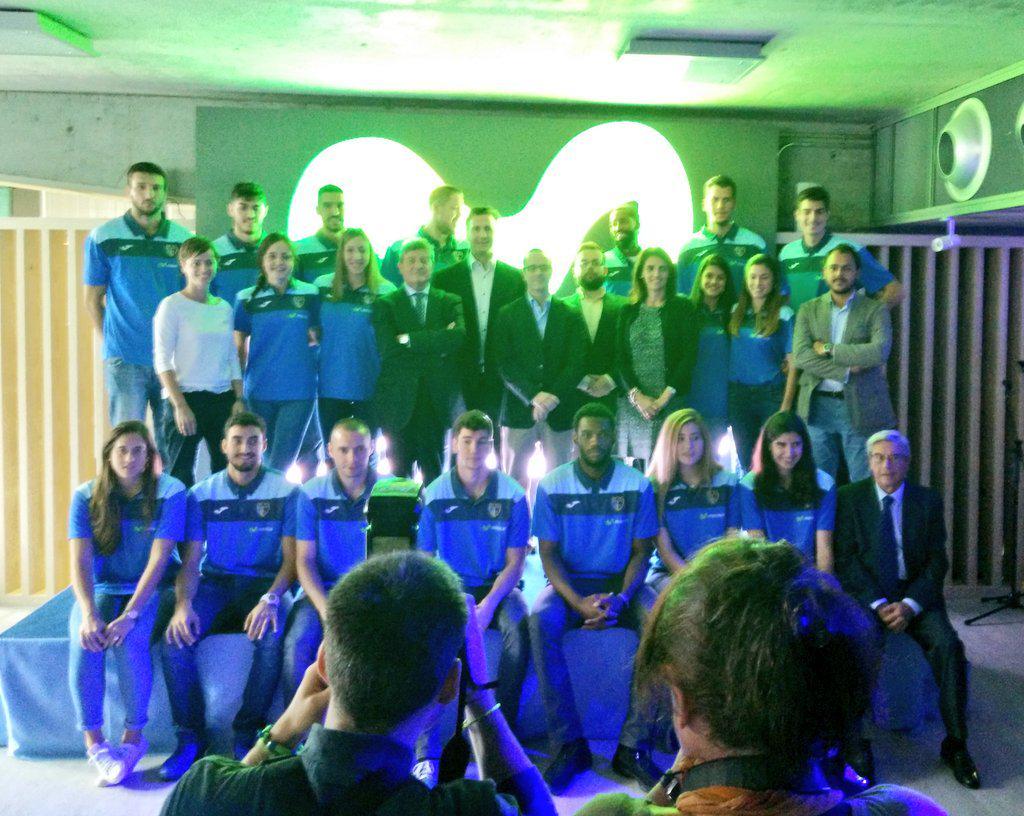 #HamburguesaNostra en la presentación de los equipos masculino y femenino de @ClubEstudiantes #TodosSomosEstudiantes http://t.co/fVOBwLxAjC