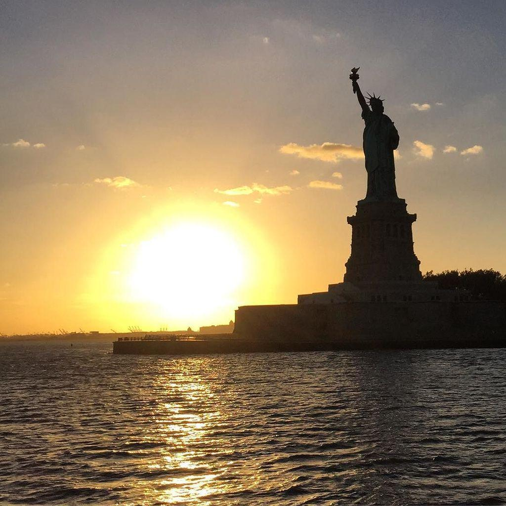 What a sight to see...A #sunset ride down the Hudson River #nyc and got to see this beauti… http://t.co/DbR5iLT3Hm http://t.co/DsPNZlJ5WV
