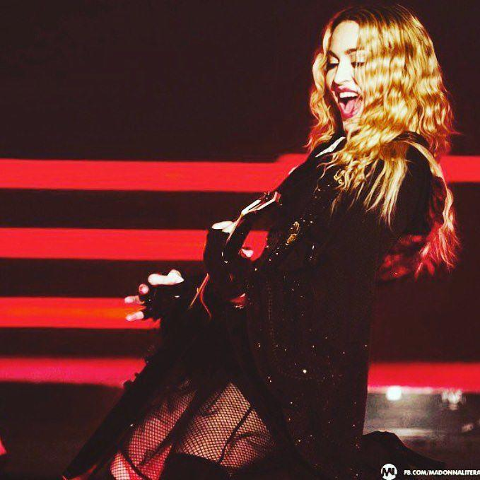Down on my knees and smiling in Toronto! ❤️ #rebelhearttour http://t.co/qLwHQowBHd