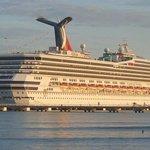 Llegó al país el primer buque crucero con 3,854 turistas después de 20 años de espera a la terminal Amber Cove. http://t.co/D498ceB2kn