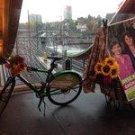 Regenvariante: Logenplatz zum Flyer verteilen, inkl Kafi und Schärme #wahlCH15 @RegulaRytz @alinetrede @gruenebern http://t.co/vaCTvEDyeH