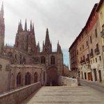 Despedimos el día con una imagen de la Catedral de Burgos desde la calle Fernán González. ¡Buenas noches! #Burgos http://t.co/gy3RxeFMOS