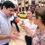 Alcalde @CarlosFalquezA atiende las inquietudes de los periodistas durante su recorrido en la Av. 25 de Junio. http://t.co/F8CMepSdHR
