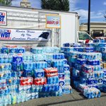 Amazing turnout for bottled water drive at Stonecrest shopping center w @wbtradio @1079thelink for Columbia http://t.co/8AO8tLK2nd
