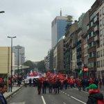 Eens zwaaien naar de staart van de betoging... 100.000 keer bedankt! #7okt http://t.co/H10N2QldBU