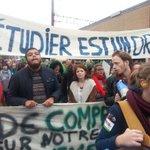 """Ook studenten aanwezig tussen de 100.000 betogers. """"Studeren is een recht"""". #genoeg #7okt @Comac_Belgium http://t.co/xxOQhkltur"""