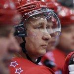 Путин отметился заброшенной шайбой в гала-матче Ночной хоккейной лиги http://t.co/Q7NHCQXNxU http://t.co/KIU5PBtBt6