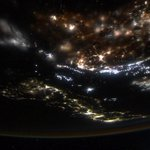 今日も日本はとても綺麗でしたよ。今日は、私が大好きな街の夜景が撮れました。仕事の合間にちょうど日本上空という幸運に恵まれました。福岡と北九州は、なぜかとっても落ち着くんです。宇宙飛行士候補者に選ばれた直後に訪れた時も、楽しかったです。 http://t.co/5APtO0LJlF