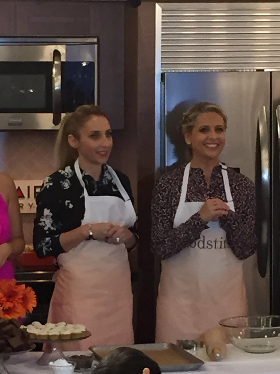 A lively moment with @sarahmgellar at @makemeaningUSA @themoms @Foodstirs @Frigidaire #FoodstirsMOMS http://t.co/sdxIxCsLYT