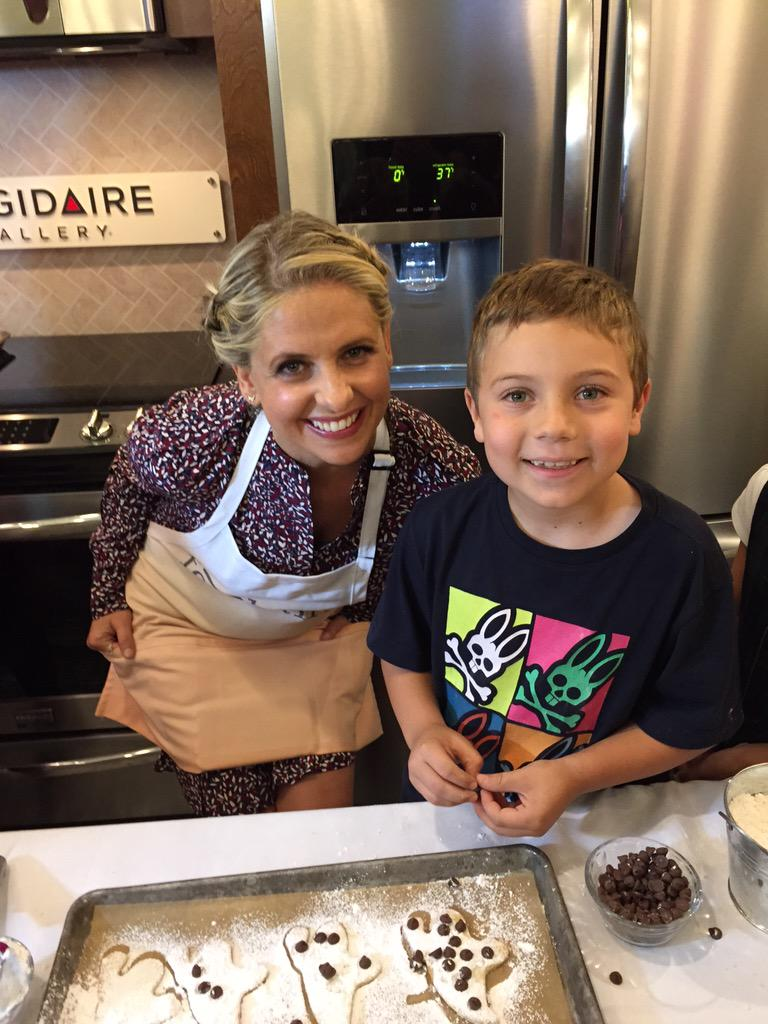 That time when ur little dude decorates cookies with @SarahMGellar @foodstirs @Frigidaire @themoms #FoodStirsMOMS http://t.co/pdhc1BXCx4