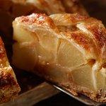 シャキっとジューシーなりんごがぎっしりのアップルパイ。温めるとバターやシナモン、キャラメルの風味がさらに引き立ち、豊かな風味が広がります。お好みでホイップクリーム(+30円)を添えても。 http://t.co/AfGcbjlah0 http://t.co/i8ZhPfwcYp