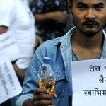 नेपाल में भारतीय दूतावास पर तेल लेकर पहुंचे नेपाली.  http://t.co/SsI02RNrg8 http://t.co/LA0ANAE4jb