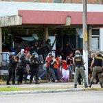 Polícia retira estudantes da reitoria da UFPE; Dois são levados para Superintendência da PF. http://t.co/NRsvJfRKck http://t.co/cuAJnZLA25