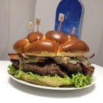 Restaurante desafia clientes a comer hambúrguer de 2,4 kg; 1º desistiu http://t.co/kcXKeSdd84 #G1 http://t.co/DJTHgnRNdi