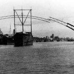 Construcción de uno de los dos arcos fijos del puente de San Telmo con la ayuda de un barco de apoyo. Año 1927. http://t.co/gmWPsdEQxp