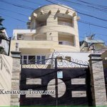 Excellency @narendramodi here see d house of Rajendra Mahato,deprived Madhesi leader,His palace in capital #Kathmandu http://t.co/a1qQrsyopA