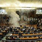 Lanzan gas lacrimógeno en el Parlamento de Kosovo (+VÍDEO) http://t.co/7bnN2dLosE http://t.co/yJ0gafq5YT