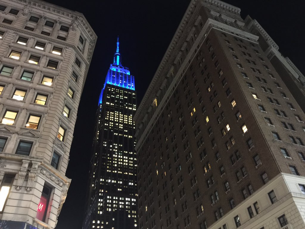 .@EmpireStateBldg is lit in blue to honor fallen #NYPD officer Randolph Holder, who was shot & killed in East Harlem https://t.co/OM3WxjyffJ