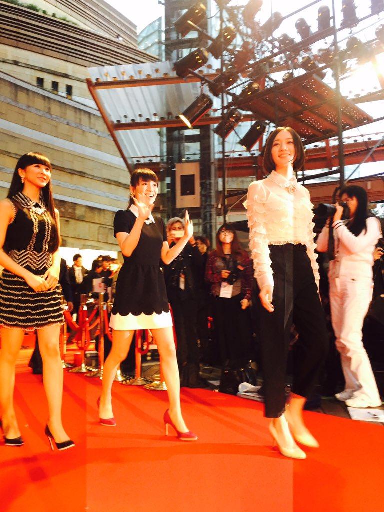 東京国際映画祭レッドカーペット We are Perfume world tour 3rd document より、Perfumeが登場。ファンの盛り上がりが最高潮に。レポートは後日 https://t.co/5CzPMax1wu https://t.co/9uPYYNtQz1