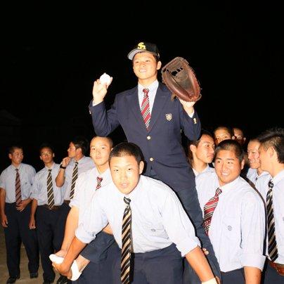 プロ野球ドラフト会議で豊橋中央高校の谷川原健太選手が、福岡ソフトバンクホークスに3位指名されました。谷川原選手は会見で「小さい頃からの夢だったプロ野球選手になれて嬉しい!」と語りました。谷川原選手の活躍を期待しています。 #ドラフト https://t.co/7LsuHQBWCQ