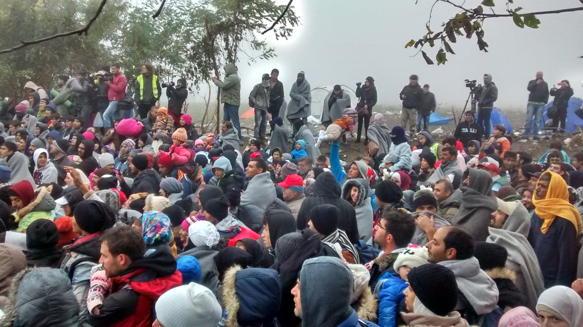 Serbia - Croatia border is v tough.Lots of families, little children in the midst of fog+freezing weather @Refugees https://t.co/TAIrsKRR04