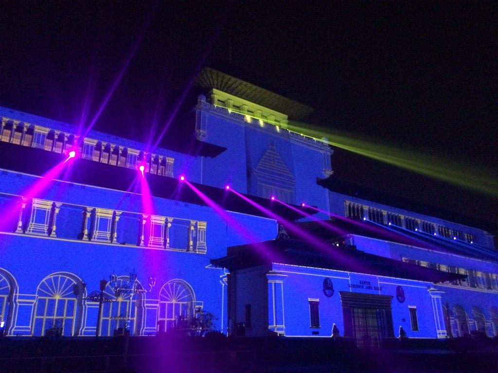 Ktemu lagi, kali ini Gedung Sate biru berkostum #Persib #BerjayaDiTanahLegenda Sabtu, 24/10 19.00WIB @Deddy_Mizwar_ https://t.co/i5qhOU0s6A