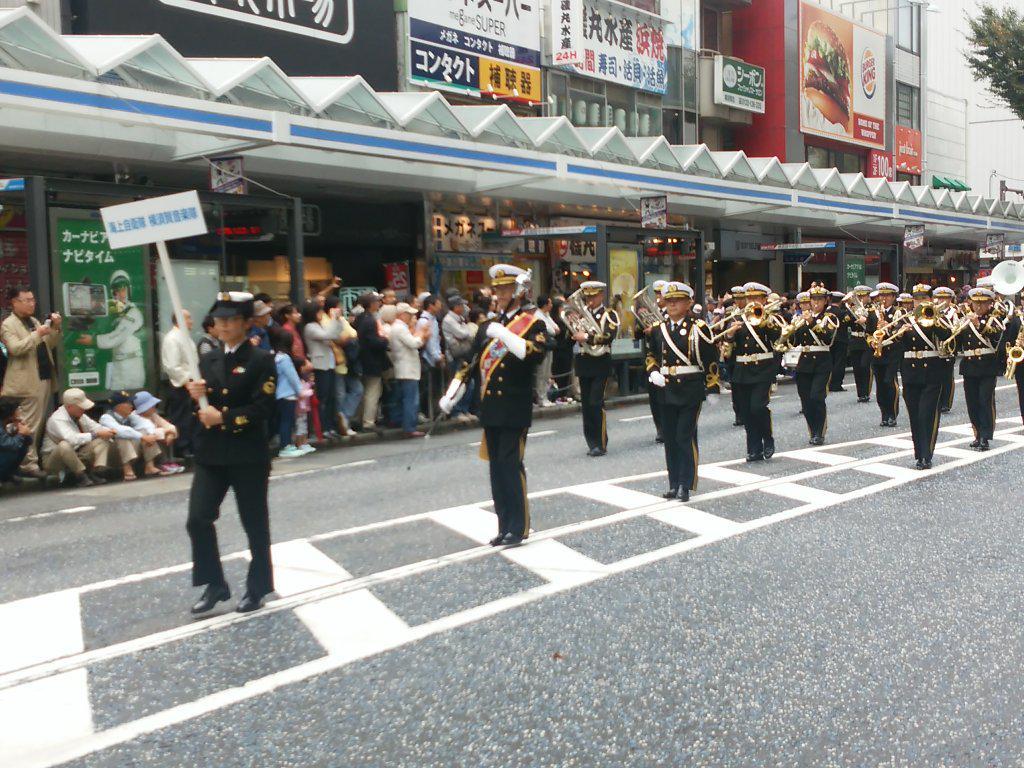 横須賀パレード始まりました(^^) http://t.co/tpSQjWr8au