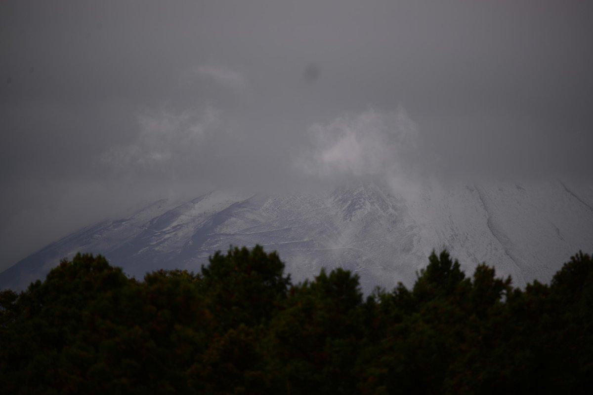 富士山に雪が。初冠雪かしら? #fujisan #富士山 http://t.co/OMcRxPynu2