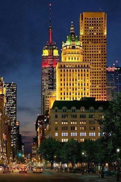NY celebra el Día de la Hispanidad iluminando el Empire State Building con los colores de la bandera española. #12O http://t.co/hLqv4GZTPa