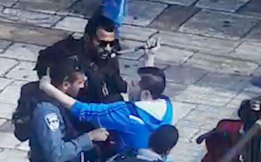 The moment when Palestinian terrorist stabs Israel policeman in Jerusalem @ZionistFed @StandWithUs @SussexFriends http://t.co/ccsYmuTglX