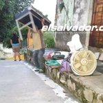 Varias familias de col. Guatemala, San Salvador, desalojan sus casas. Pandilla les dio 90 minutos. F: J. Beltrán http://t.co/XLIjXvpe6x