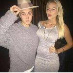 Nova/ antiga foto do Justin com uma fã na Califórnia. #EMABiggestFansJustinBieber http://t.co/aFeUYb9B7c