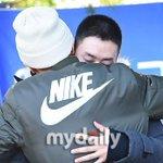 Super Junior ウニョク、イトゥクの懐に抱かれ涙(10/13、入隊現場) ) http://t.co/wc1Z0jHwPj http://t.co/P9ntP1QD40