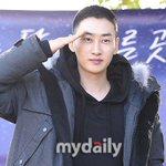 Super Junior ウニョク、メディアとファンの前で挨拶(13日、入隊現場) http://t.co/wc1Z0jHwPj http://t.co/yEp6v4JvxC