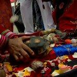 Chamanes peruanos aplastan muñeco de Alexis Sánchez con una tortuga http://t.co/ykF1rzEic4