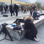 Journalisten wachten in Den Haag op reacties nabestaanden #MH17 op rapport bij besloten bijeenkomst. @RTV_Rijnmond http://t.co/JS7cMZotGo