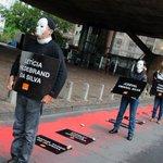 Manifestantes fazem rio de sangue para cobrar punição por chacina em São Paulo http://t.co/Us4ZkuNxkp #G1 http://t.co/FaH5Kus6EC