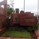 Militancia de @FMLNoficial llega al Cementerio Los Ilustres para conmemorar natalicio de Schafik Hándal. Fotos: FMLN http://t.co/i4WlJ3OP0G