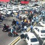 GNB intenta q taxistas levanten protesta estos se niegan Sigue TRANCADA totalmente Merida http://t.co/rL8ftJYWvi
