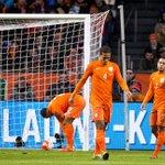 Menés 2-0 à la mi-temps, les Pays-Bas sont pour le moment 4ème de leur groupe et non-qualifiés pour lEURO 2016 ! http://t.co/8BQ2FpVmYW
