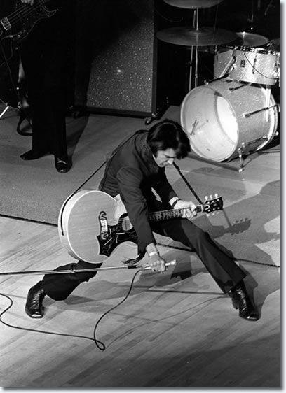 Elvis Presley on stage in Las Vegas, 1969. http://t.co/20ZdeDzZzE