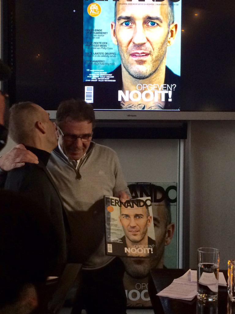 Emotionele @WvanHanegem reikt eerste exemplaar van @fernandomagazin uit aan Fernando Ricksen. Morgen in de winkel! http://t.co/gt2fEzNpzs