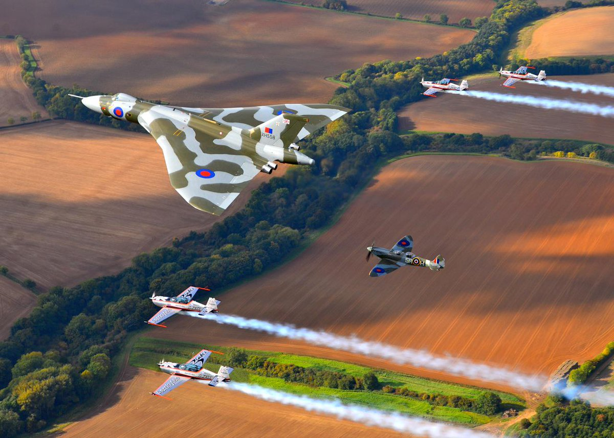 Here are a few airborne photos of our last ever formation flight with @XH558. It's been an absolute pleasure... http://t.co/iIsPik35Rv