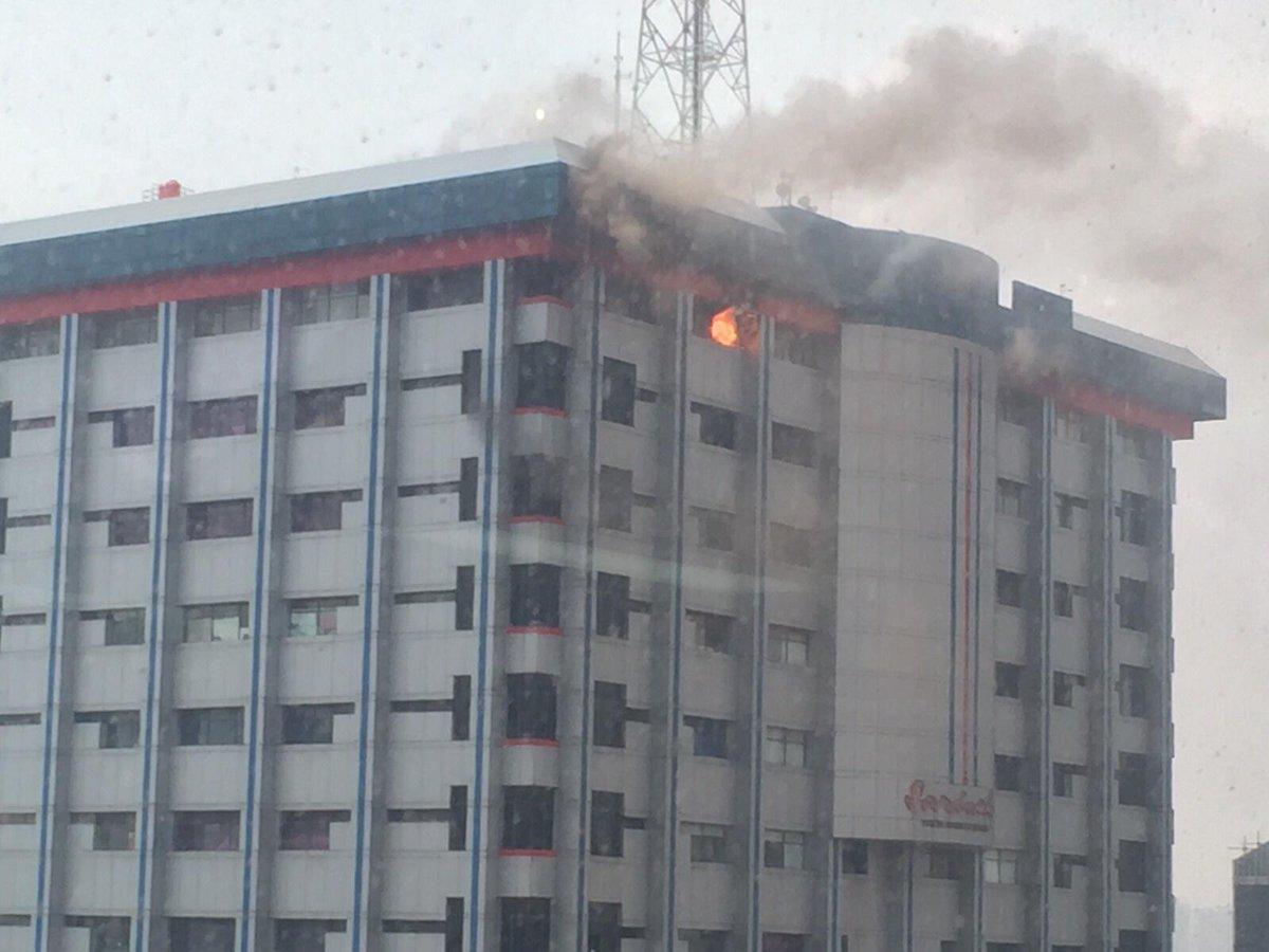 Mohon maaf apabila siaran Hard Rock FM hr ini terganggu karena adanya kebakaran di gedung Sarinah #SarinahKebakaran http://t.co/MGWJYPqdia