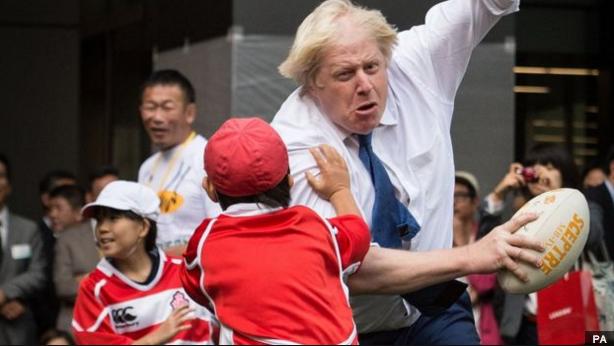 東京の小学生とラグビーに興じるロンドン市長。とてもかわいく、とても強そう(笑)。 http://t.co/AkBz1OXYY1 http://t.co/tPO4G7h4n8