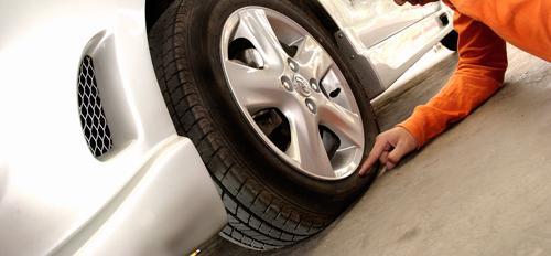 Cara Mudah Dan Cepat Saat Mengganti Ban Mobil Yang Kempes - AnekaNews.net