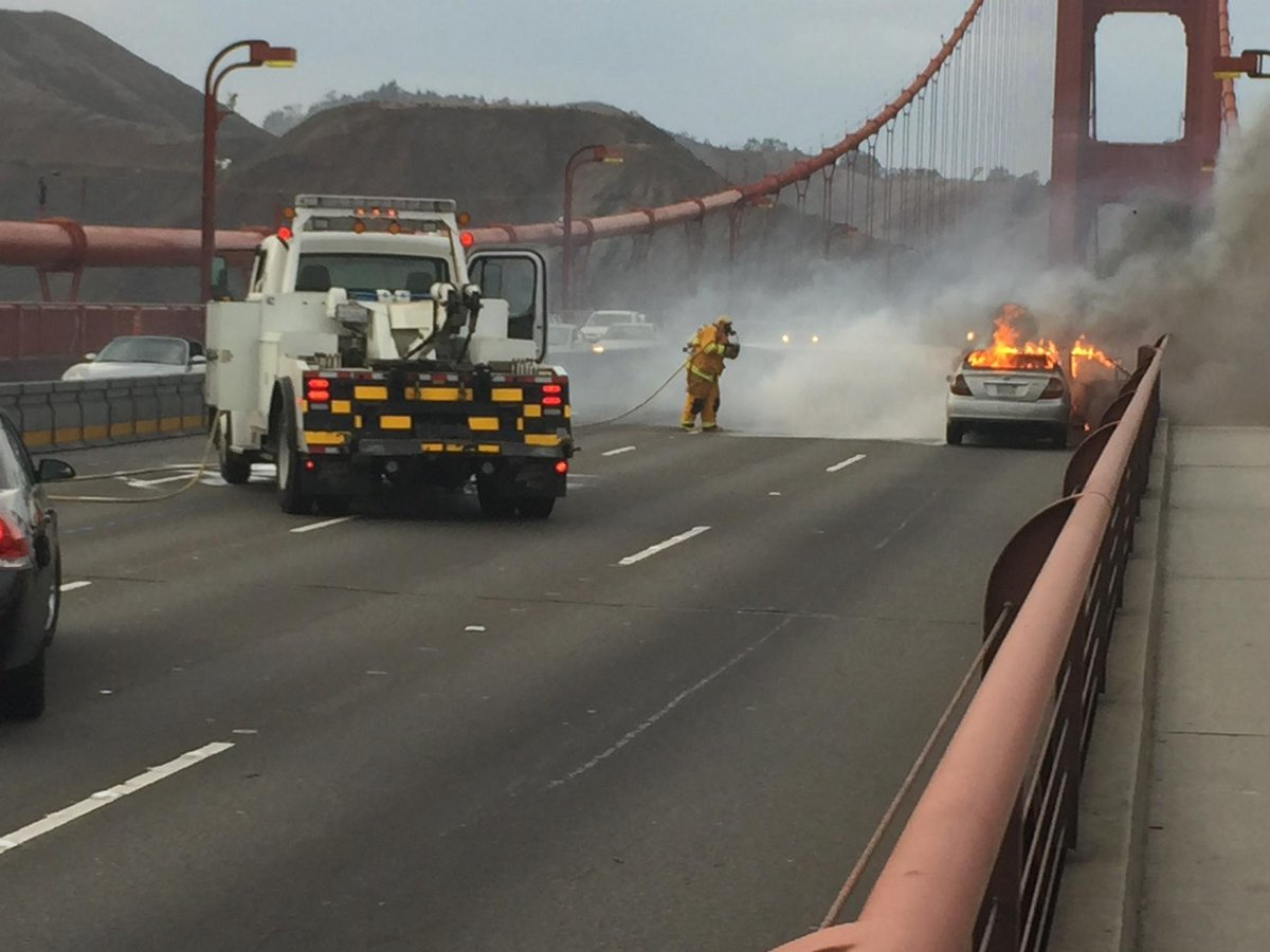 Fire on the Golden Gate Bridge. One of my friends just took this. http://t.co/ItbEMlJoqU