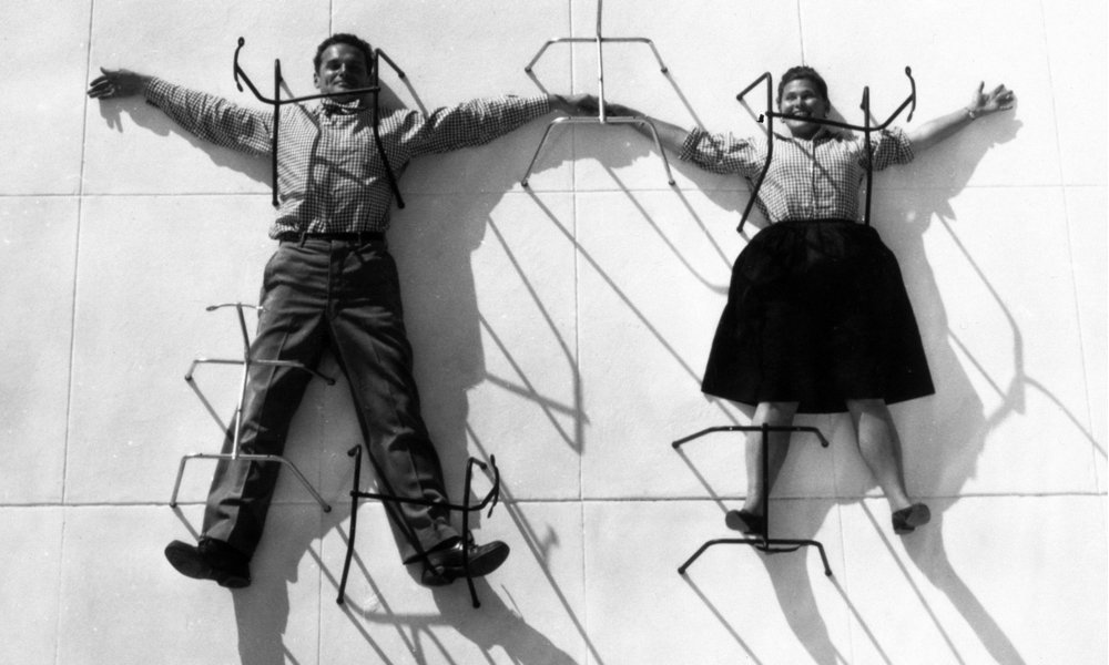 . @decoist @EamesOffice @BarbicanCentre @WalnutGrey Grounded: Charles and Ray Eames posing with chair bases https://t.co/vz5AnOvT2t