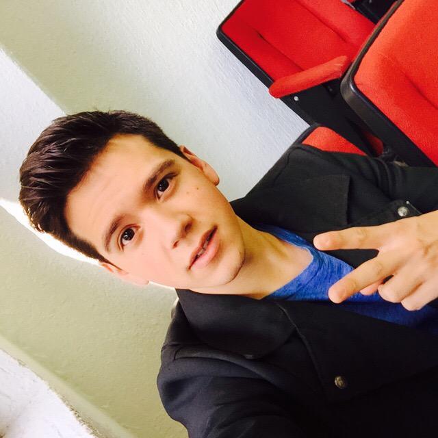 Listo @AxelMuniz_Music para subir al escenario. #ULAEnVivo #SelfieULA #GiraEscolarOye2015 http://t.co/WybAeItITB